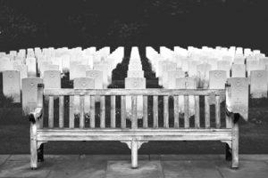 שתי נשים עוברות בבית קברות